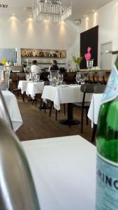 Desværre var vi alene om at spise på den fine restaurant - bortset fra Thomas Pasfall selv, der hyggede med en kaffegæst ved bardisken